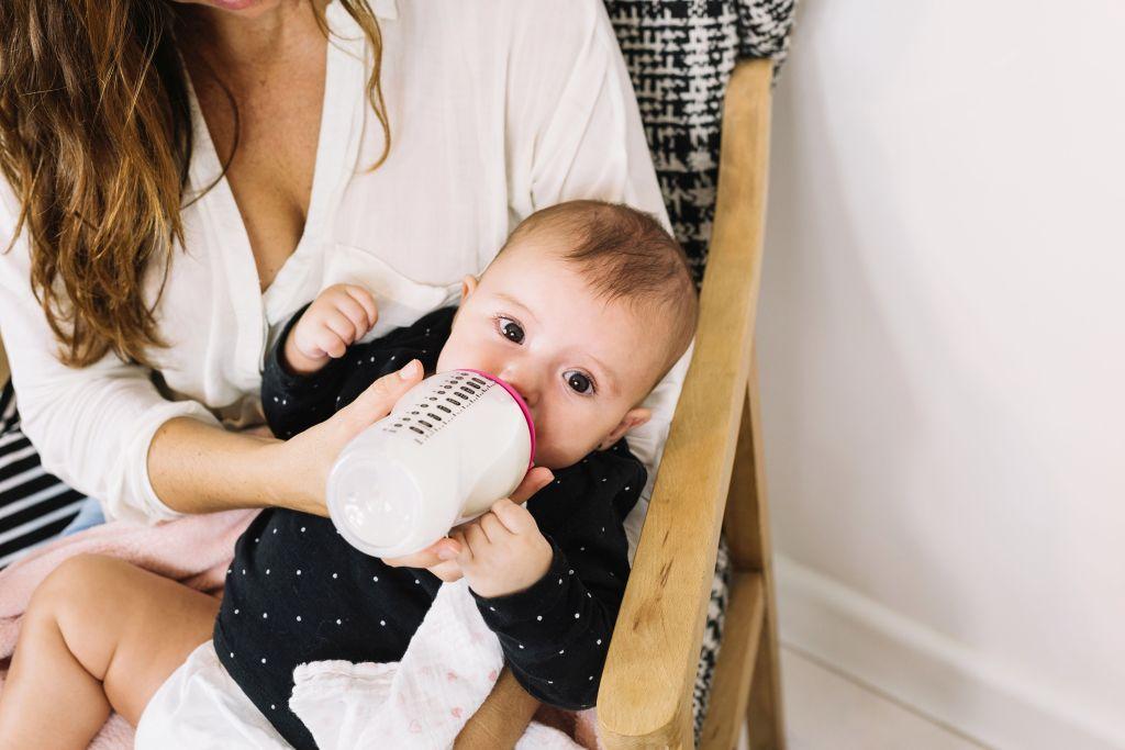 Jak karmić niemowlęta mlekiem modyfikowanym wdobie koronawirusa?